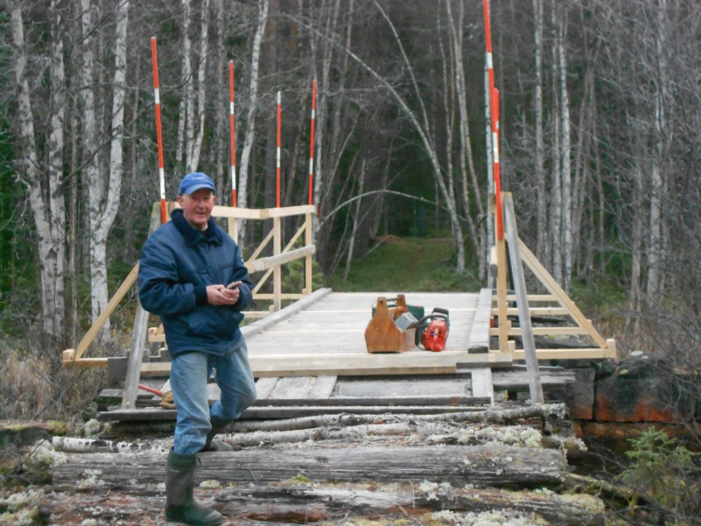 Bygge räcken på bron över Molgaån