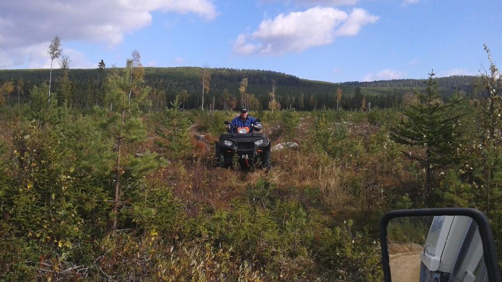 Arne Holm rekar för grävaren