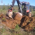 Sven-Åke plockar sten på leden norr om Norrälven upp mot Duvan