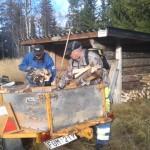 Arne Holm och Lasse Wiberg fyller på ved förrådet vid Rörsvallen